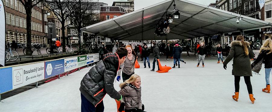 Kinderen op schaatsbaan in Leiden