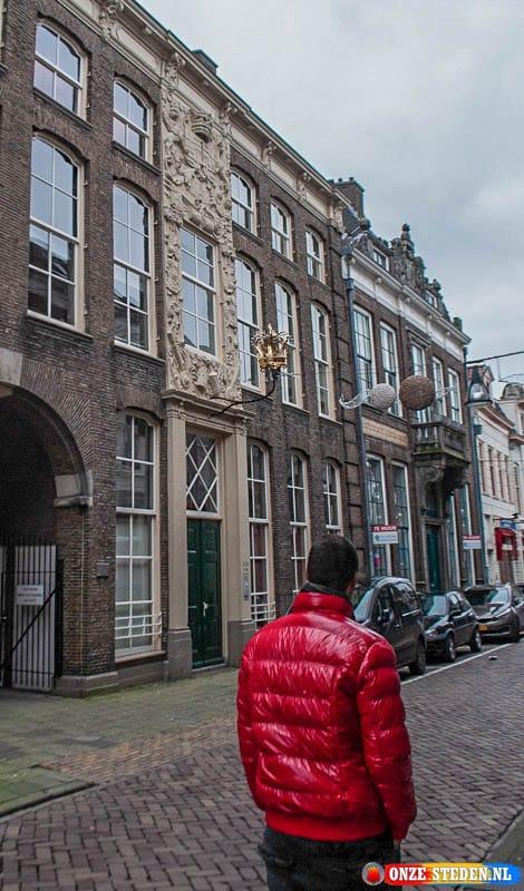 """Woning met kroon in Kamperstraat te Zwolle, vroeger het hotel """"De Keizerskroon""""."""